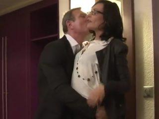 Une secrétaire bien cochonne baisée à l'hôtel