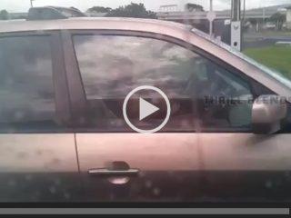 Une coquine prend un selfie de ses seins dans sa voiture