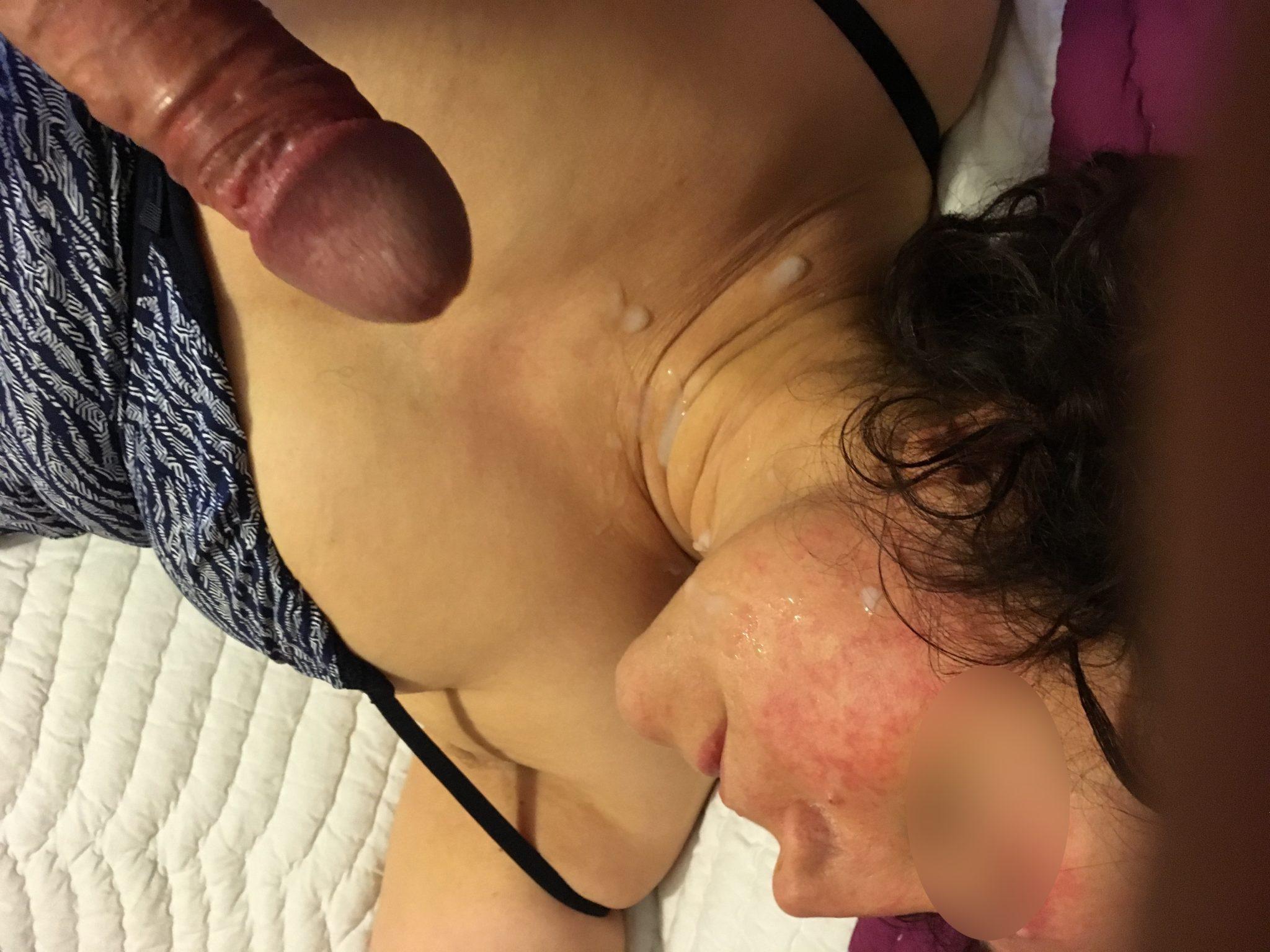 Du sperme en grosse quantit sur le visage de plusieurs