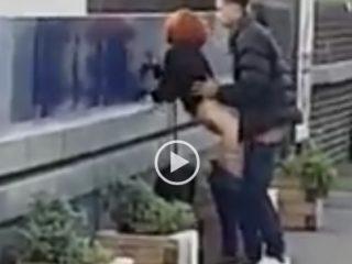 Un couple baise en attendant le train