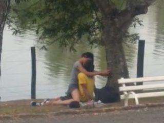 Jeune couple surpris en train de baiser au bord de la route