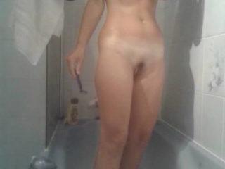 Ma chérie en train de se prendre la douche