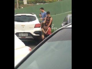 baise sur un parking décolleté bandant