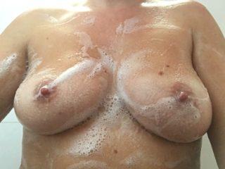 Les seins de ma femme sous la douche