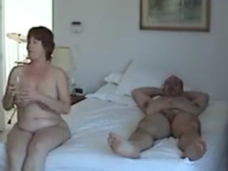 Couples d'échangistes baisent dans le même lit